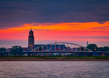Een mooie oranje lucht boven de stad Deventer van Jaimy Leemburg Photography