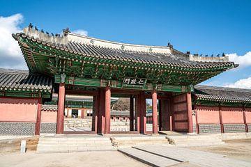 Poort naar Changdeokgung Paleis in Seoul van Mickéle Godderis