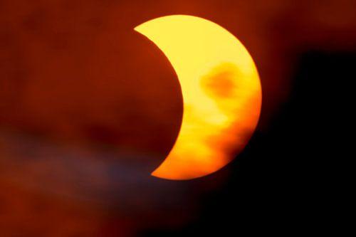 Partielle Sonnenfinsternis mit Wolken von