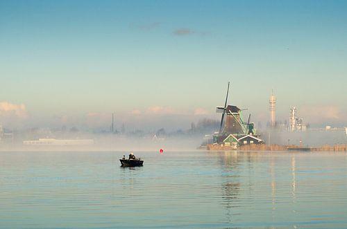 Windmolen aan de Zaanse Schans met visser van
