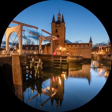 De Zuidhavenpoort van Zierikzee in het blauwe uurtje. van Jan Poppe