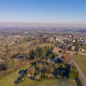 Vue aérienne du village ecclésiastique de Vijlen dans le sud du Limbourg sur John Kreukniet