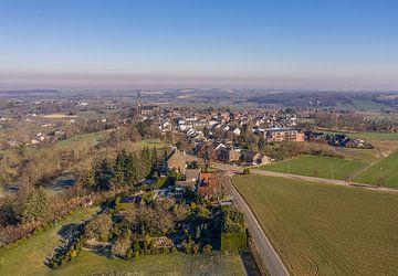 Luchtopname van het kerkdorpje Vijlen in Zuid-Limburg