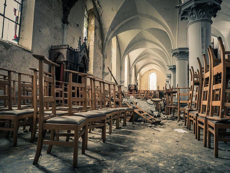 Stühle in verlassener Kirche, Belgien von Art By Dominic