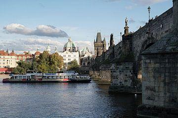 De rivier Vltava met de Karelsbrug in de oude binnenstad van Praag van Heiko Kueverling
