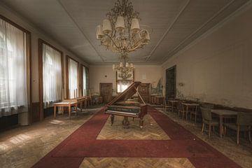 Ballsaal mit Klavier von Perry Wiertz