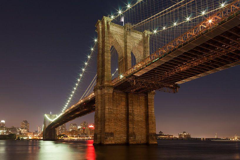 Onder de Brooklyn Bridge New York van JPWFoto