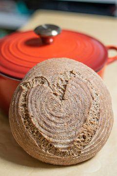 Pain brun rond avec décoration coeur sur Annemieke Glutenvrij