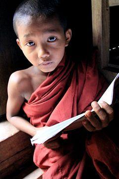 Jonge boeddhistische  monnik in Myanmar van Gert-Jan Siesling