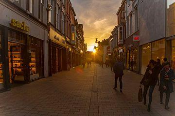 Heuvelstraat verlicht door zonsondergang van Freddie de Roeck