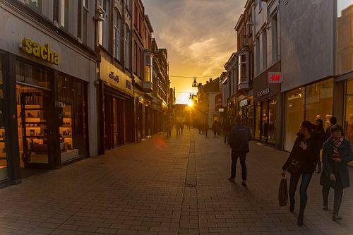 Heuvelstraat verlicht door zonsondergang van