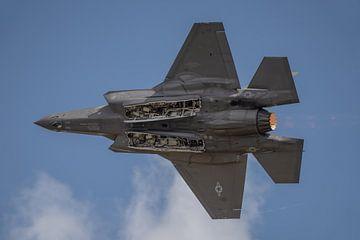 Onderkantje! Lockheed Martin-F-35 Lightning II vliegt voorbij en de piloot laat de onderkant van de  van Jaap van den Berg