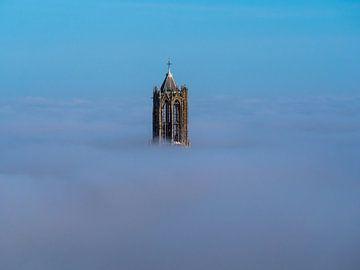 Der Dom in Utrecht über dem Nebel von Mart Gombert