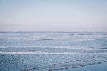 IJs in het IJsselmeer langs de dijk in Almere, Nederland | Sneeuw landschappen in ee van Evelien Lod van Evelien Lodewijks