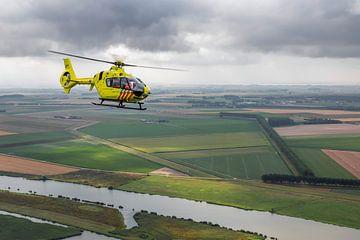 Traumahelikopter boven typisch Nederlands landschap van Jimmy van Drunen