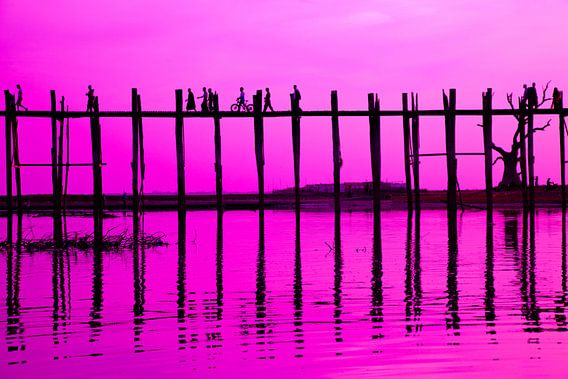 Zonsondergang U-Bein brug in Mandalay, Myanmar van Wijnand Plekker