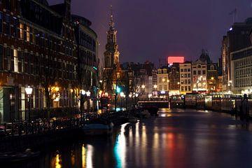 Stadsgezicht van Amsterdam in Nederland bij avond van Nisangha Masselink