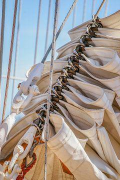 Opgerolde zeilen van een Klipper tijdens Sail Amsterdam von Alice Berkien-van Mil