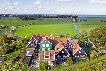 Luftaufnahme alter niederländischer Häuser auf dem Deich bei Marken von Nisangha Masselink