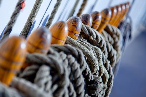 Zeilschip met touwen van
