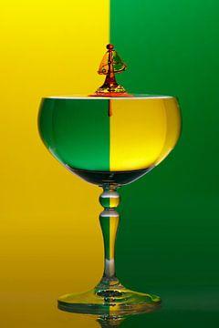 SF 11086433 Een wijnglas met waterdruppels tegen een groen en gele achtergrond van BeeldigBeeld Food & Lifestyle