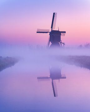 Mühle im Nebel bei Sonnenaufgang