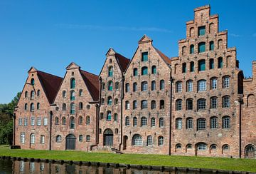 Oude pakhuizen in centrum van Lübeck, Duitsland van Joost Adriaanse