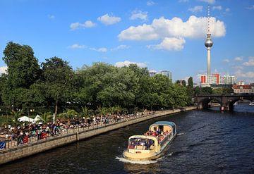 Berliner Skyline mit fernseturm und Touristenboot von Frank Herrmann