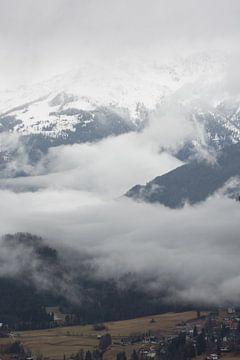 Bergen in de mist van Marco Bakker