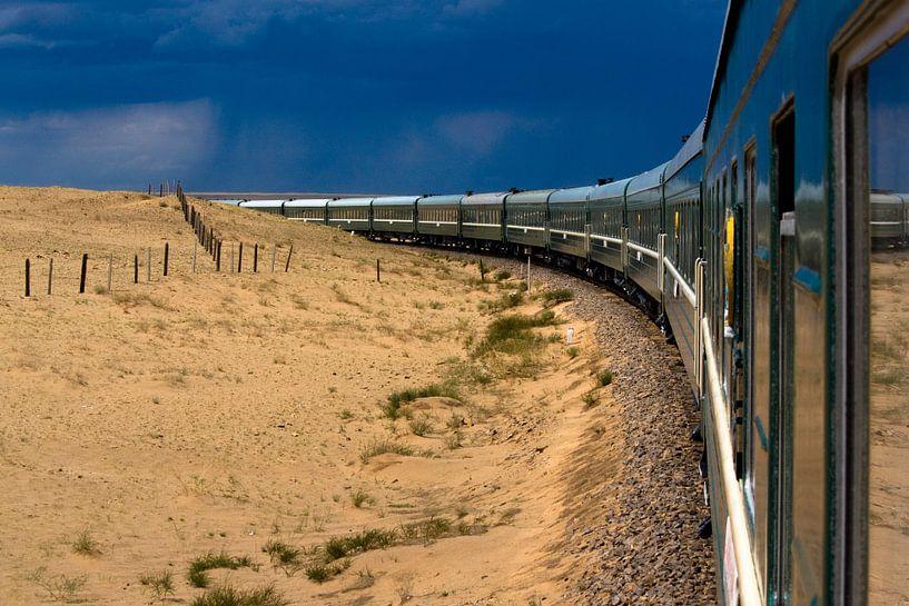 Transmongolian Railway through Gobi desert van Lars Bemelmans