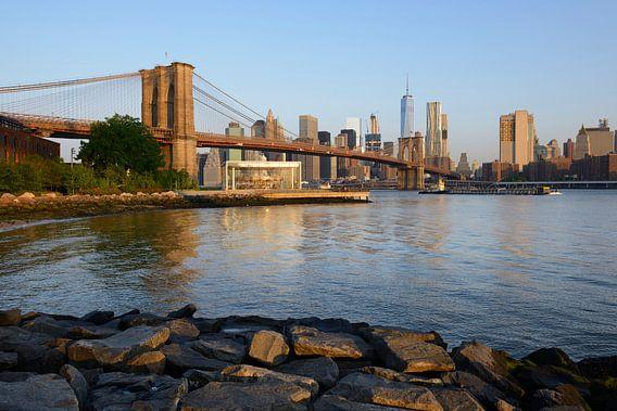 Brooklyn Bridge en Manhattan New York skyline in de ochtend