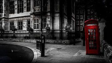 Schwarz-Weiß: Rote Telefonzelle vor einem Londoner Haus von Rene Siebring