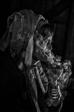 INLE,MYANMAR, DECEMBER 17 2015 - Cheroot rokende oude vrouw in   van Wout Kok