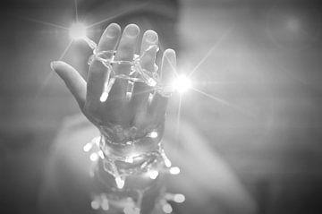 een vrouwenhand met verlichting von Pascal Engelbarts