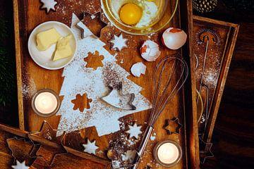 Kerstbakcompositie, dennenboomvorm van meel, boter, ei en kaneelsterren, gebruiksvoorwerpen en kaars van Maren Winter