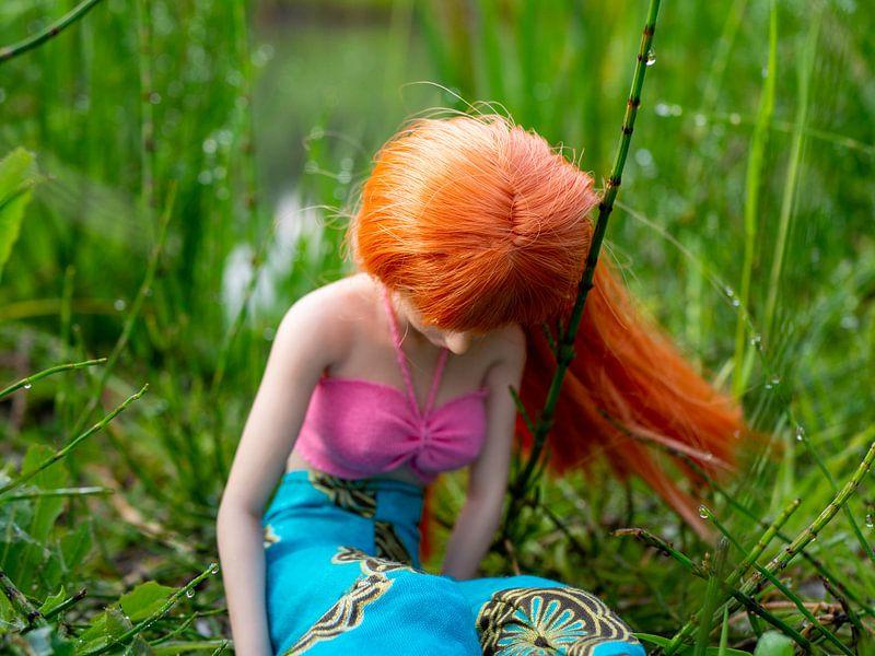 Meisje met rood haar in de natuur van Margreet van Tricht