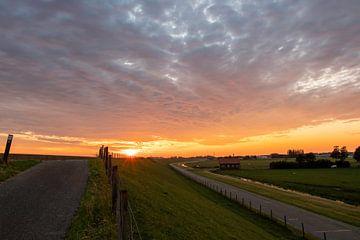Holländischer Himmel über dem Polder, Sonnenuntergang von Marjolein van Middelkoop