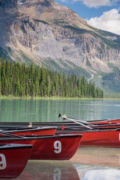 Rode kano's in het Canadese Emerald Lake van Arjen Tjallema