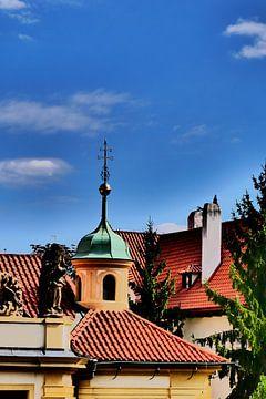 Prag - Gebäude und Himmel von Wout van den Berg