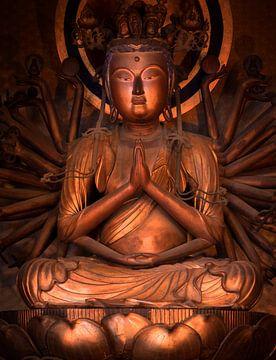 Standbeeld van Bodhisattva Kannon mediterend op een lotus. van Kuremo Kuremo