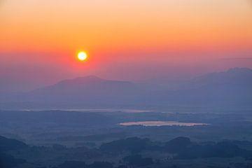 Zonsopgang over de Forggensee en Hopfensee met uitzicht op de bergen van Leo Schindzielorz