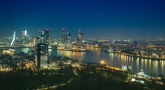 Panorama skyline Rotterdam bij Nacht