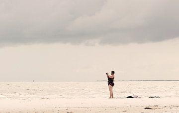 Vrouw op het strand sur Kim Verhoef