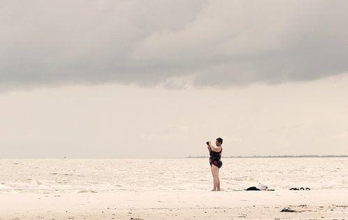 Vrouw op het strand van