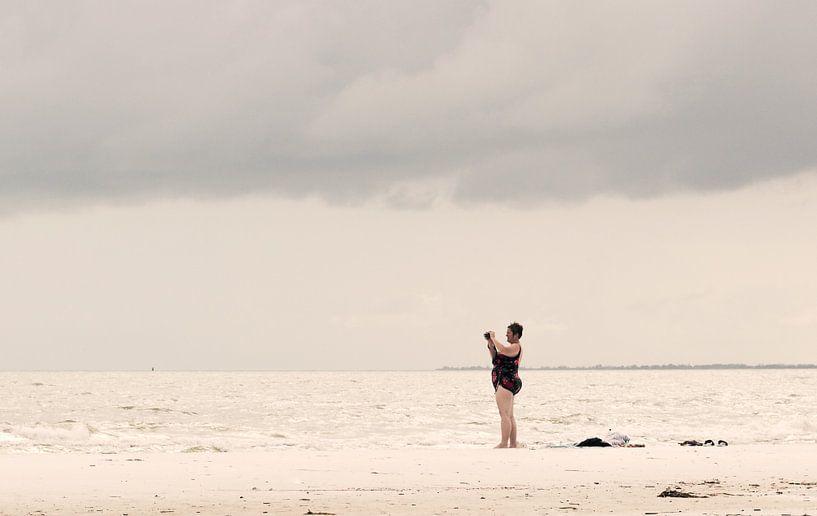 Vrouw op het strand van Kim Verhoef