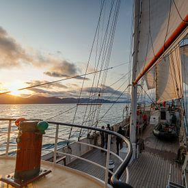 Zonsondergang van het Tallship Antigua. van Menno Schaefer
