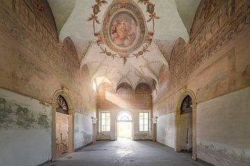 verlassener Raum mit schöner Wandmalerei von Kristof Ven