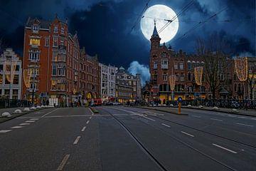 Amsterdam bei Nacht mit Vollmond in den Niederlanden von Nisangha Masselink
