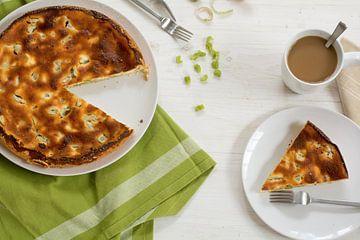 zelfgemaakte taart of taart met rabarber, heel en opdienend, groene keukenhanddoek en een koffiekopj van Maren Winter
