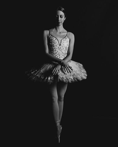 Balletdanser in zwartwit staand 04